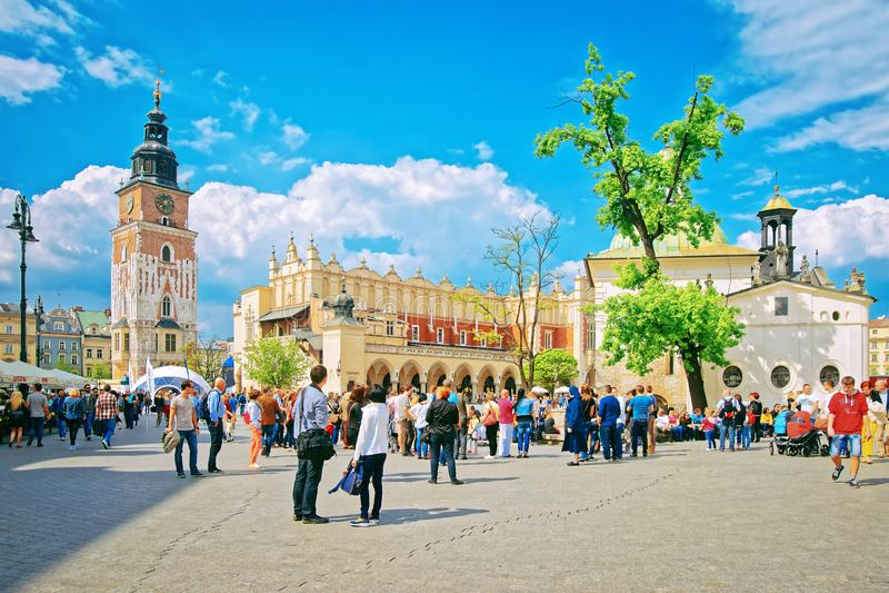 Leute am Stoff Hall und an der Stadt Hall Tower auf dem Hauptmarktplatz, Krakau, Polen lizenzfreies stockfoto