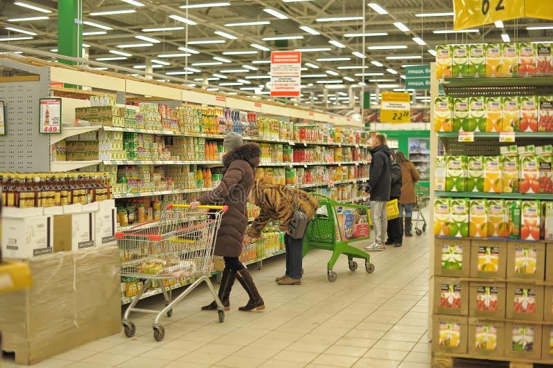 Leute am Supermarkt lizenzfreie stockfotos