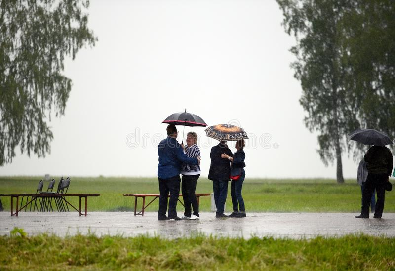 Leute tanzen in den Regen auf dem Borodino-Feld stockbild