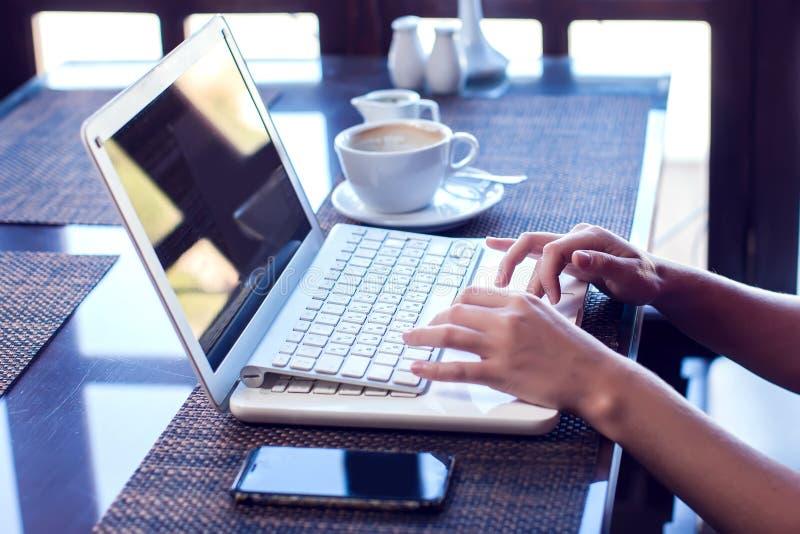 Leute-, Technologie-, Kommunikations- und Freizeitkonzept Geerntete hintere Ansicht der Hände der Frau, die Internet, Newsfeed üb lizenzfreie stockfotos