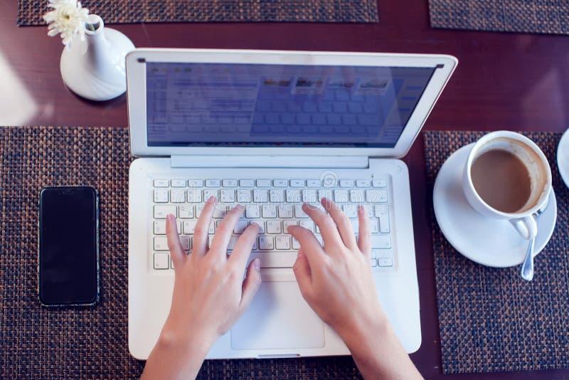 Leute-, Technologie-, Kommunikations- und Freizeitkonzept Geerntete hintere Ansicht der Hände der Frau, die Internet, Newsfeed üb stockbild