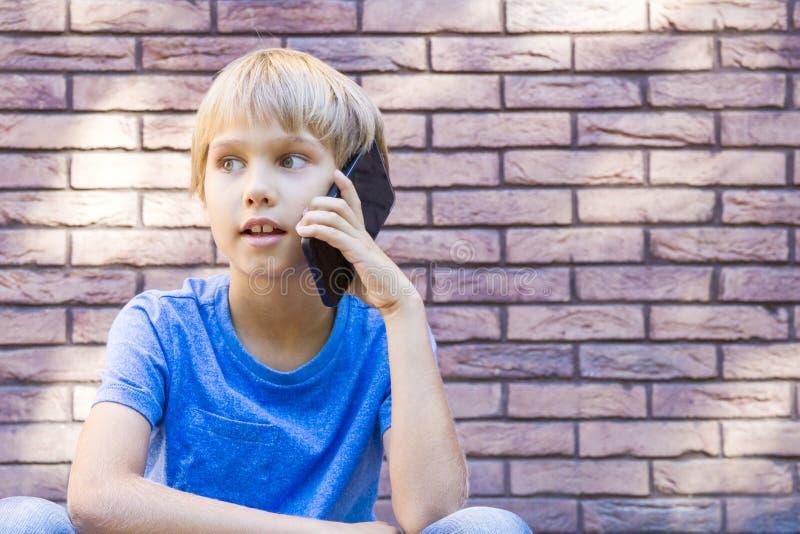 Leute-, Technologie- und Kommunikationskonzept Kind, das auf Handy spricht lizenzfreies stockfoto