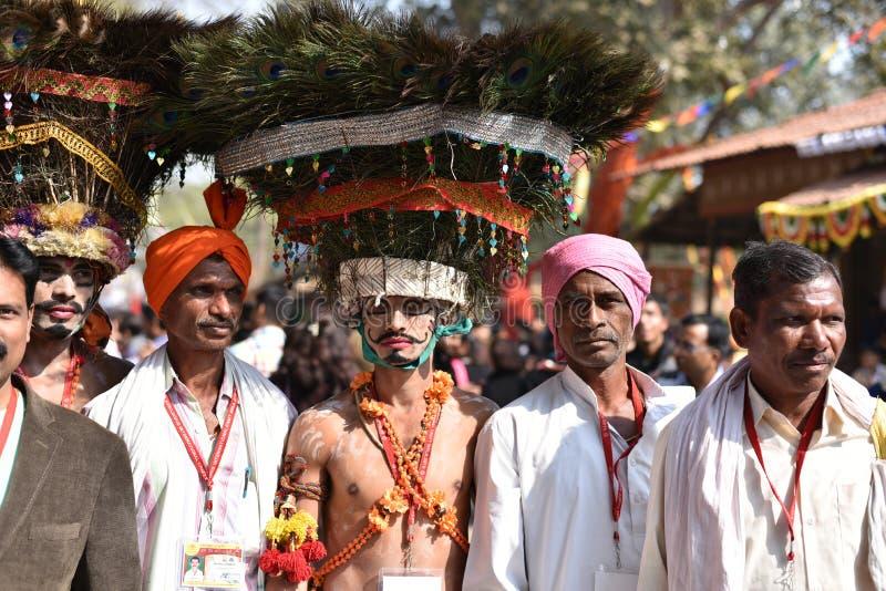 Leute in traditionellen Stammes- Kleidern und in Genießen Indiens der Messe stockfotografie