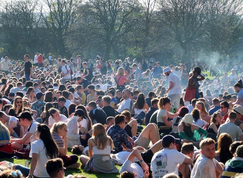 Leute traten in Hyde Park Leeds am Protest 420 zusammen, um für den Decriminalization des Hanfs in Großbritannien zu kämpfen lizenzfreie stockfotos