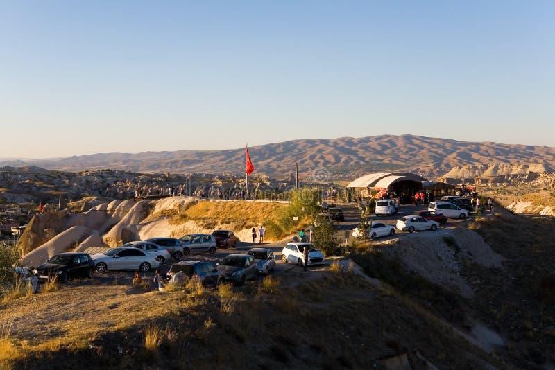 Leute treten am Abend auf dem Berg zusammen, um den Sonnenuntergang aufzupassen lizenzfreie stockbilder
