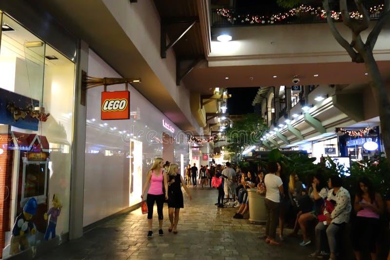 Leute um Mall nahe Lego-Speicher und Veronica-Geheimnis lizenzfreie stockfotografie