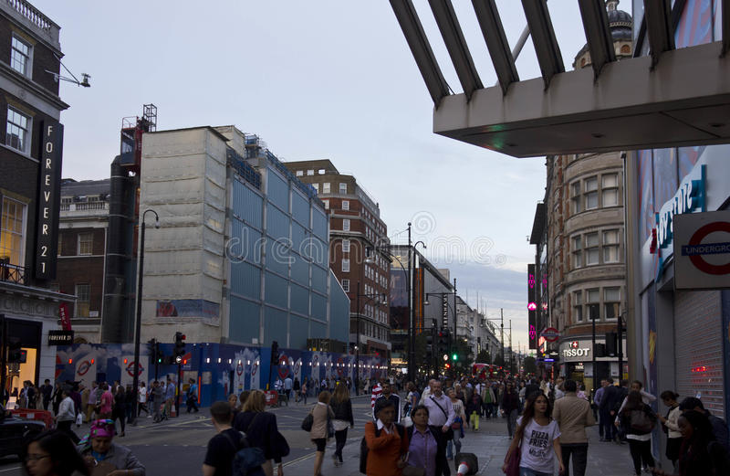 Leute um Oxford-Straße in London zur Sonnenuntergangzeit lizenzfreie stockfotografie