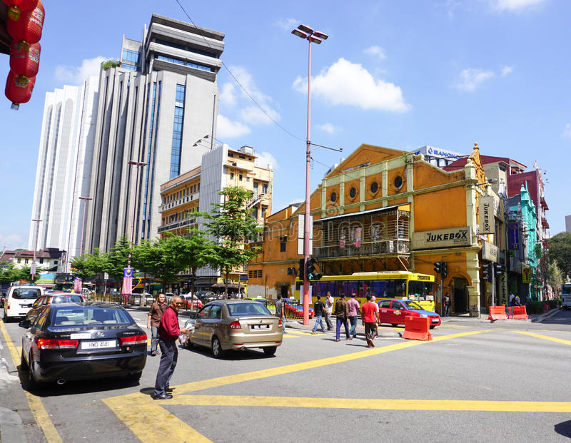 Leute und Autos auf Straße in Kuala Lumpur, Malaysia lizenzfreie stockfotografie