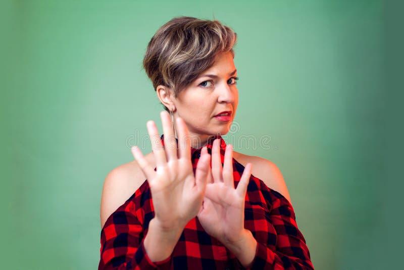 Leute und Gefühle - ein Porträt der Frau ihren Widerspruch mit etwas zeigend lizenzfreie stockbilder