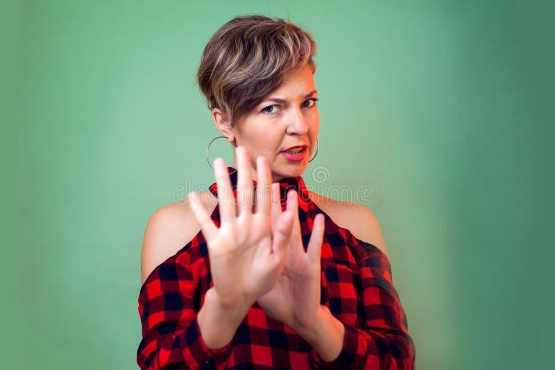 Leute und Gefühle - ein Porträt der Frau ihren Widerspruch mit etwas zeigend stockfoto