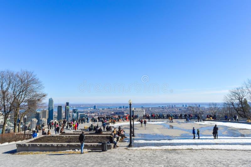 Leute und Montreal-Skyline lizenzfreie stockfotos