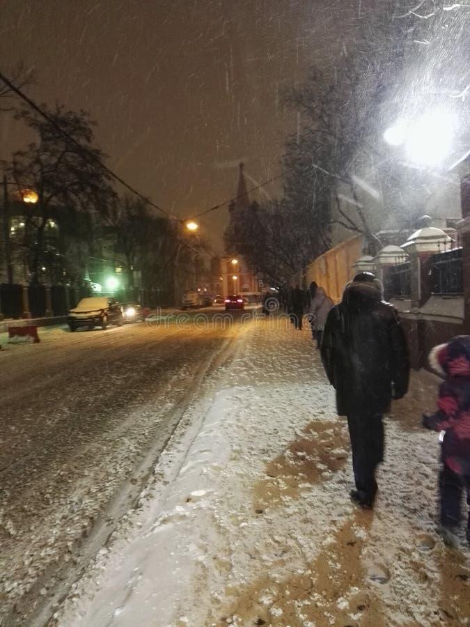 Leute und Schneefälle lizenzfreies stockbild