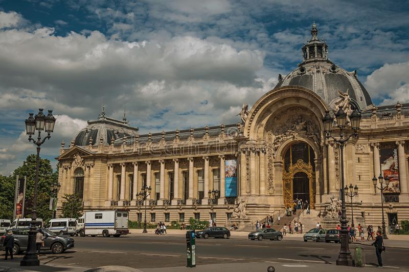 Leute und Straße in der Front die Petit Palais-Fassade in Paris stockbilder