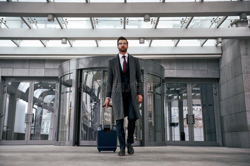Leute und Technologiekonzept - glücklicher junger Mann mit Reisetasche stockfoto