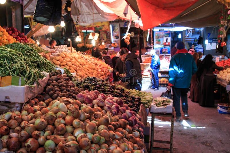 Leute und Touristen, die in den Gemüsemarkt im im Stadtzentrum gelegenen Amman in Jordanien gehen stockbild
