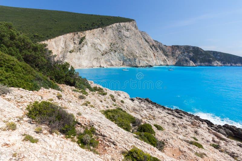 Leute und Yachten am blauen Wasser von Strand Porto Katsiki, Lefkas, ionischer Isl stockbilder
