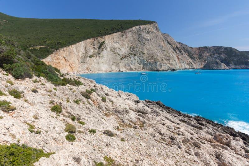 Leute und Yachten am blauen Wasser von Strand Porto Katsiki, Lefkas, ionischer Isl stockfotografie