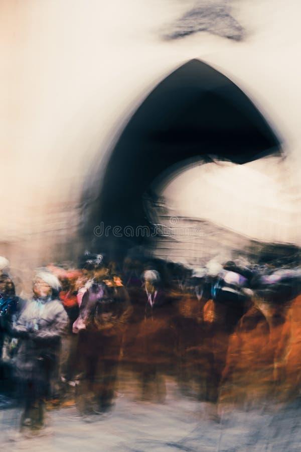 Leute unter dem Turm, Straßenleben in der Bewegung - abstrakter Expressionismus-Impressionismus stockfotografie