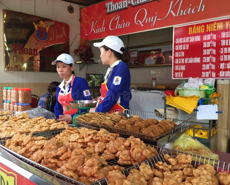 Leute verkaufen gebratene Fische am Markt in Lai Chau, Vietnam lizenzfreie stockfotografie