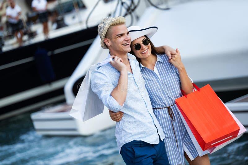 Leute-, Verkaufs-, Liebes- und Glückkonzept Porträt eines Paares mit Einkaufstaschen in der Stadt lizenzfreies stockfoto
