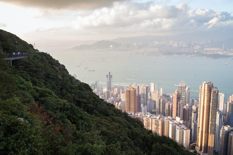 Leute an Victoria Peak und an der Ansicht von Hong Kong lizenzfreies stockfoto