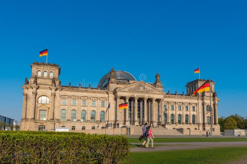 Leute vor dem deutschen Parlament in der Stadt von Berlin lizenzfreies stockbild