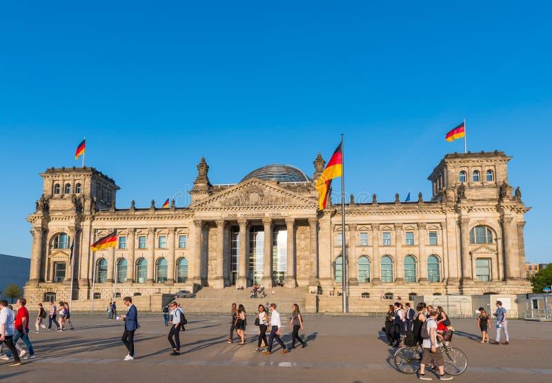 Leute vor dem deutschen Parlament in der Stadt von Berlin lizenzfreie stockfotografie
