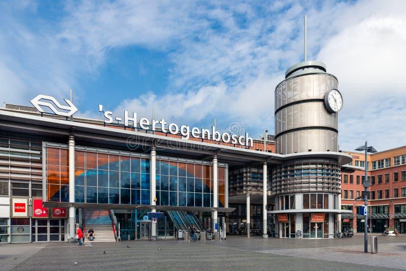 Leute vor niederländischem Bahnhof Den Bosch, die Niederlande stockfotos