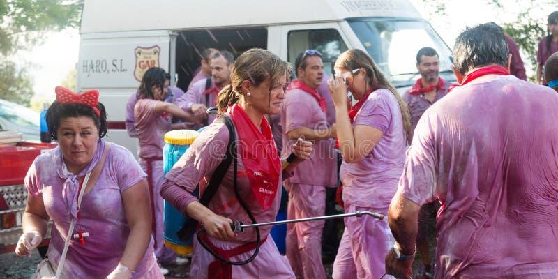 Leute während Haro Wine Festivals stockbilder