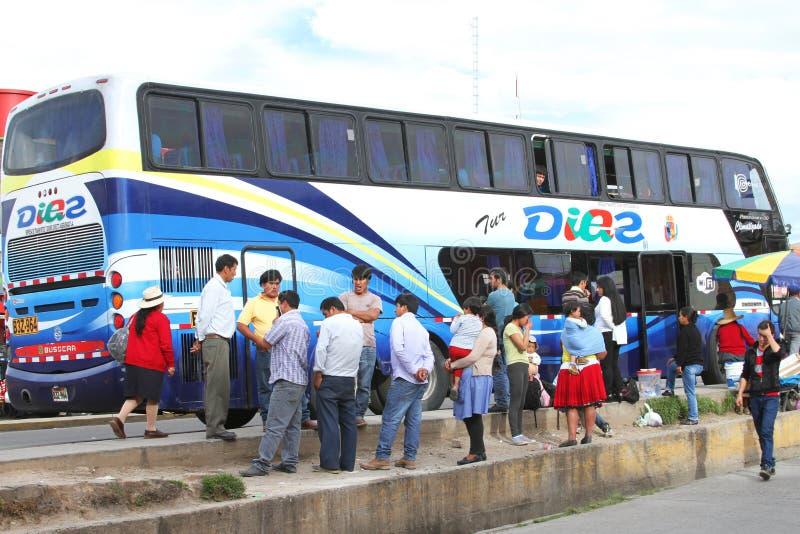 Leute-Wartebus zu gehen, Cajamarca, Peru lizenzfreie stockbilder