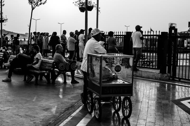 Leute-Wartefähre, zum von Cinarcik-Stadt zu verlassen lizenzfreie stockfotos