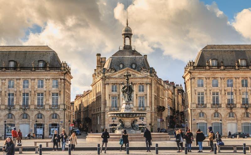 Leute warten auf die Tram im Bordeaux lizenzfreie stockfotos