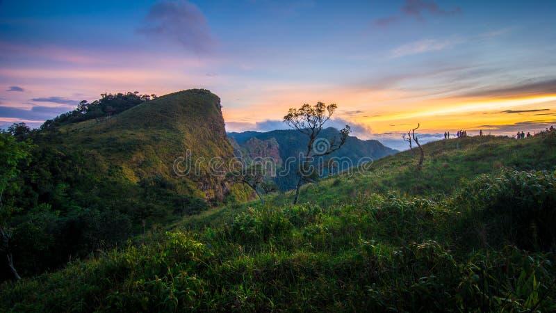 Leute warten auf Sonnenaufgang am Rand des Berges stockbild