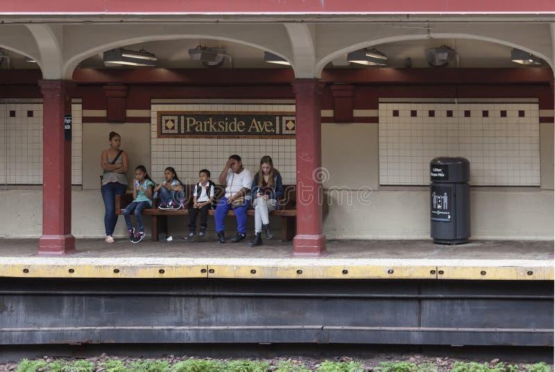 Leute warten in U-Bahnstation parkside Allee in Brooklyn New York lizenzfreies stockfoto