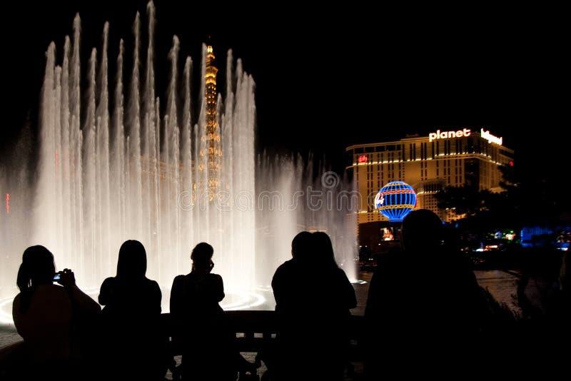 Leute, welche die Bellagio-Brunnen überwachen stockfoto