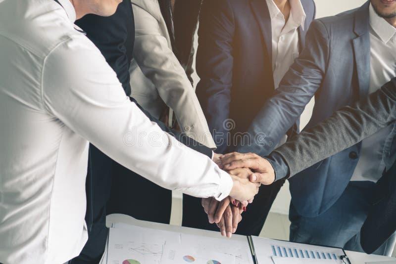 Leute, welche die Hände zusammen zeigen Energie der Teamwork stapeln stockbild