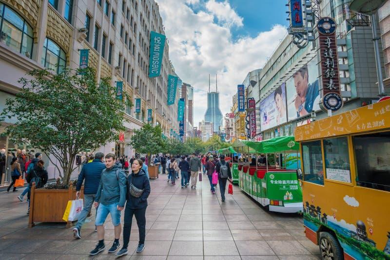 Leute, welche die Nanjing-Straßeneinkaufsstraße in Shanghai besuchen stockfotografie