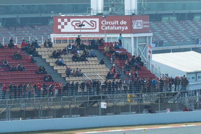 Leute, welche die Prüfungs-Tage F1 - Barcelona überwachen lizenzfreie stockfotografie