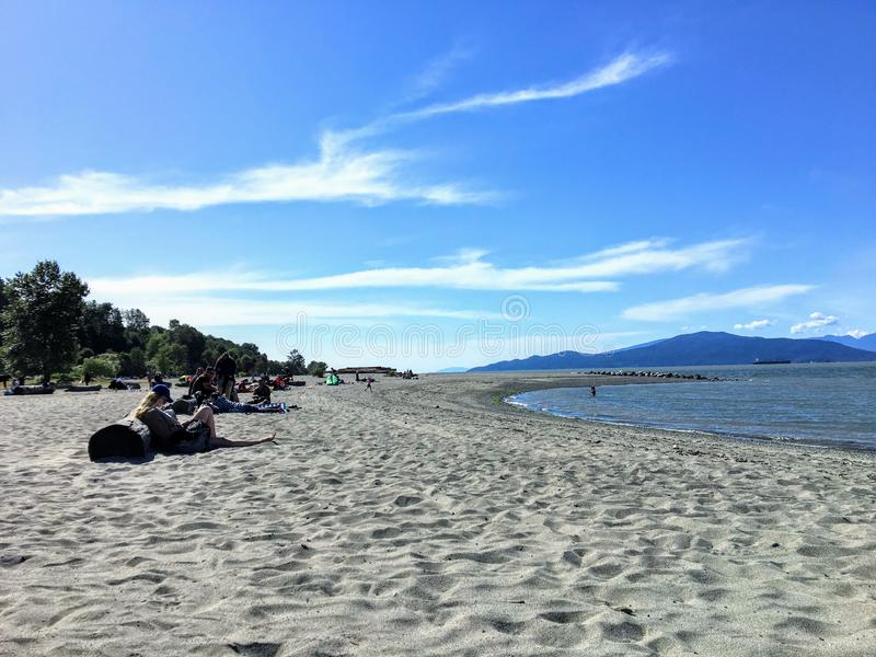 Leute, welche die Sonne an einem schönen Sommertag entlang den Stränden von spanischen Banken, in Vancouver, Britisch-Columbia, K stockbild