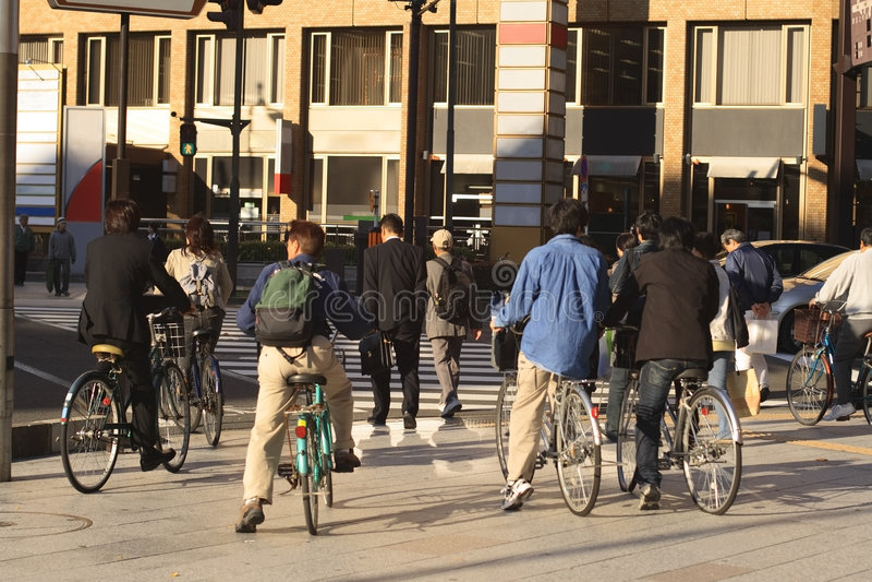 Leute, welche die Straße kreuzen stockbilder