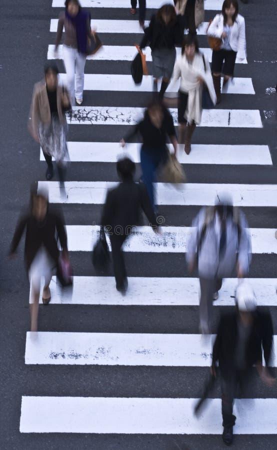 Leute, Welche Die Straße Kreuzen Lizenzfreie Stockbilder