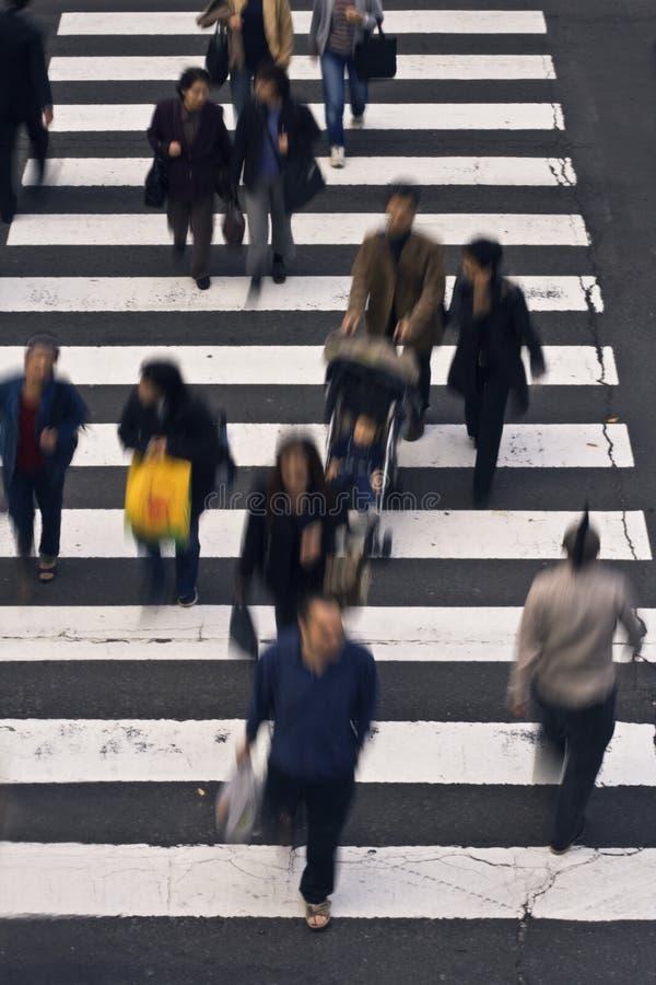 Leute, welche die Straße kreuzen lizenzfreie stockfotografie