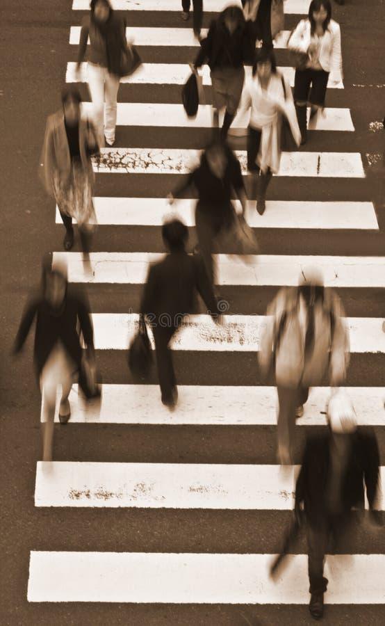 Leute, Welche Die StraßeSepiatöne Kreuzen Lizenzfreie Stockfotos