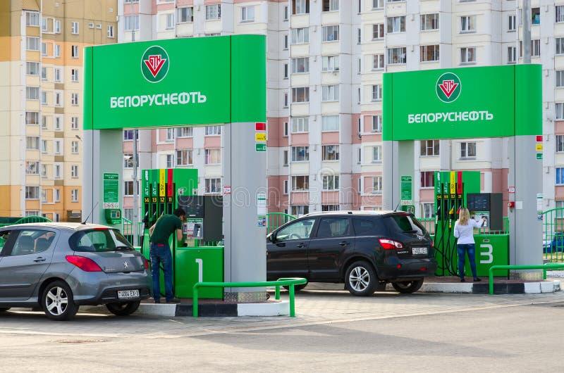Leute wenden Zahlung des Brennstoffs auf automatischer Tankstelle auf lizenzfreies stockfoto