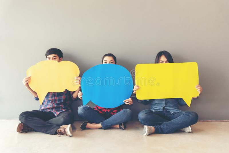 Leuteasiat von jungen und erwachsenen Leuten überblicken Einschätzungs-Analyse-Feedback-Ikone stockfoto