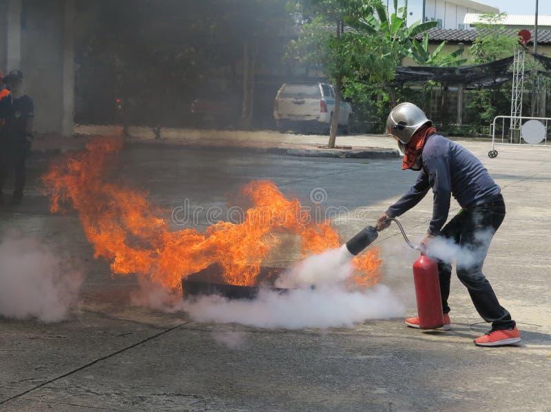 Leutebereitschaft, damit Brandschutzübung und Training einen Brandschutzbehälter benutzt stockfotos