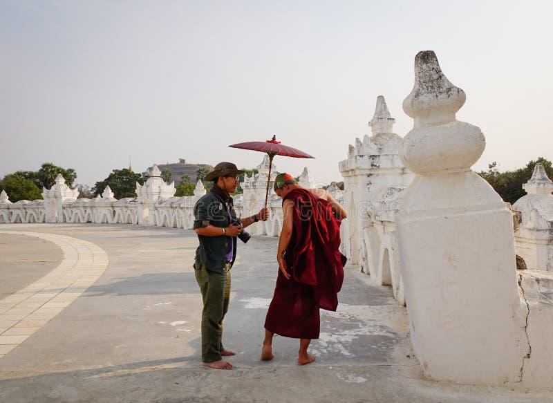 Leutebesuch Kuthodaw-Pagode in Mandalay, Myanmar lizenzfreie stockfotos