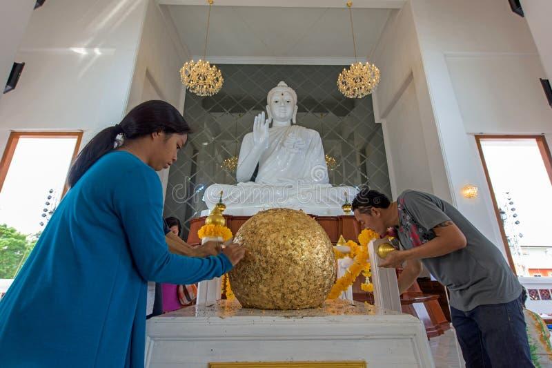Leutebesuch Wat Ku zum heiligen goldenen Ball lizenzfreie stockfotos