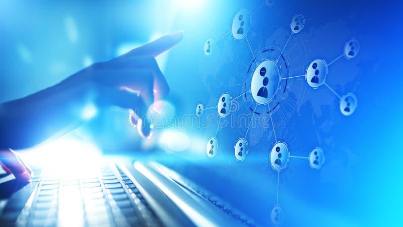 Leutebeziehungsnetz auf virtuellem Schirm Kundenkommunikation und Social Media-Konzept stockbild