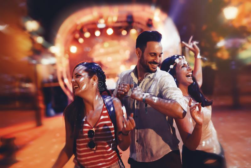 Leuteclubbing und -tanzen an der Partei lizenzfreie stockbilder